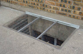Window well safety grate with top cover