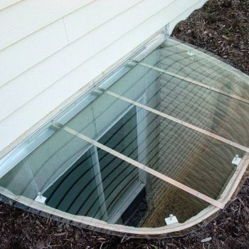 crystal-clear sloped cover made out of polycarbonate and rust-free aluminium on a large sized composite well.